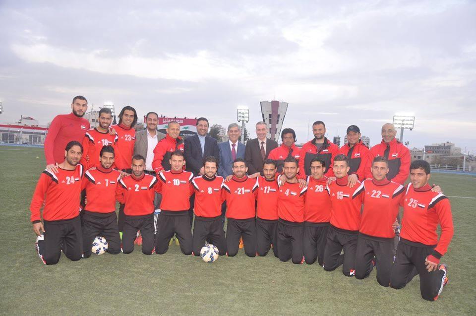 اللواء جمعة يلتقي المنتخب الوطني الأول بكرة القدم قبل مغادرته إلى الأردن