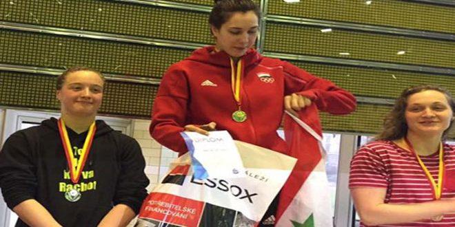 السباحة السورية بيان جمعة تحرز ذهبية سباق 50 مترا حرة في بطولة الجائزة الكبرى في التشيك