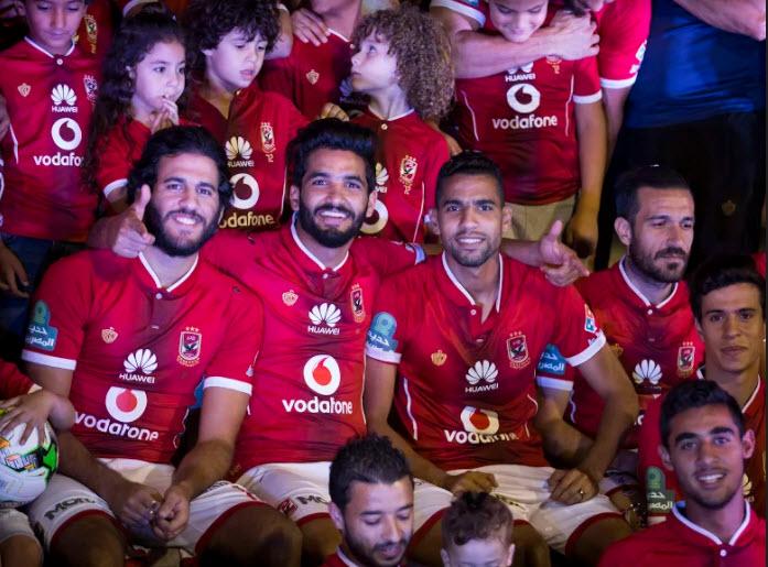 الأهلي يحتفل بلقب الدوري المصري بدون جماهيره