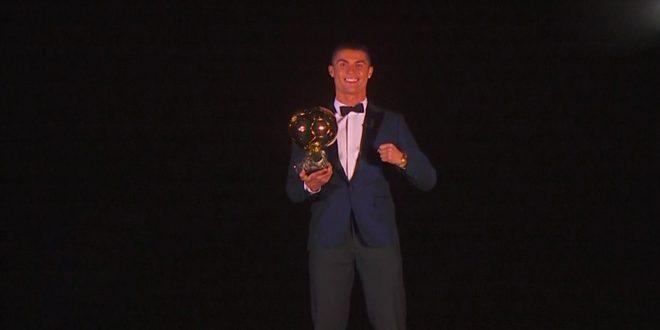 رونالدو يتوج بجائزة الكرة الذهبية ويعادل رقم ميسي